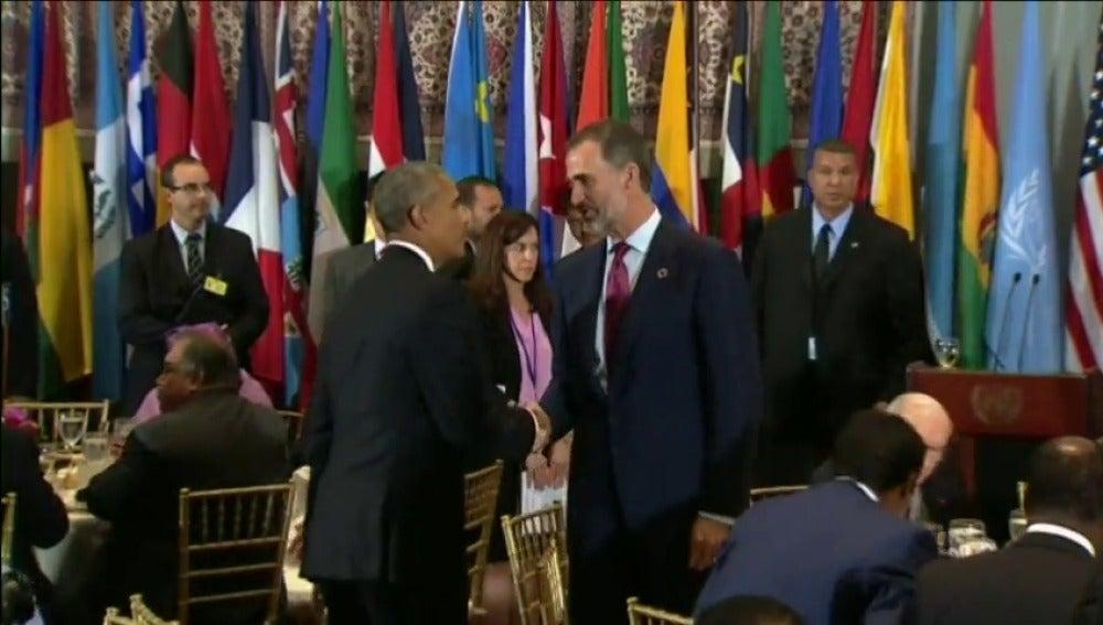 Frame 17.448604 de: Afectuoso saludo entre el Rey y Obama