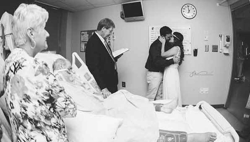 Momento en el que la pareja se casa en el hospital
