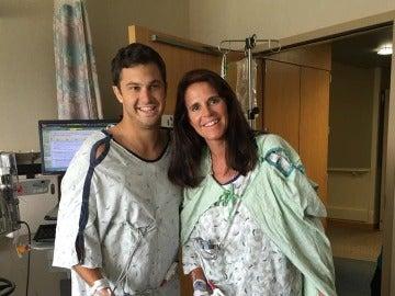 Tracy  de 53 años sonríe junto a Henry Howard, de 29 años, después del trasplante de riñón