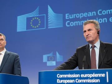 El vicepresidente comunitario de Mercado Único Digital, Andrus Ansip y el comisario europeo de Economía y Sociedad Digital, Günther Oettinger.