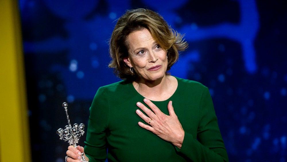 Sigourney Weaver pronuncia unas palabras tras recoger el Premio Donostia