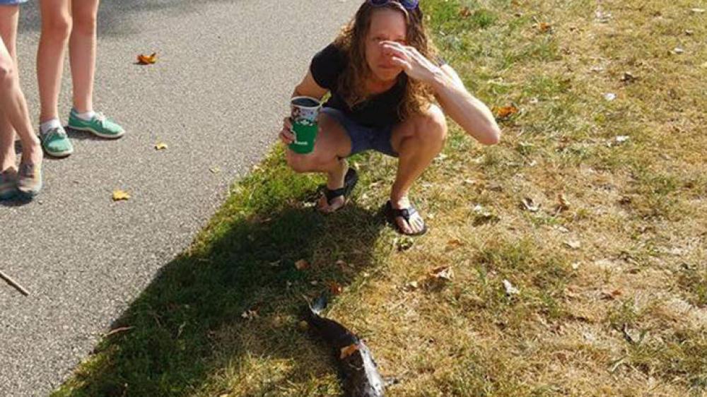 Un pez gato golpea en la cara a una joven que se encontraba de camino al gimnasio