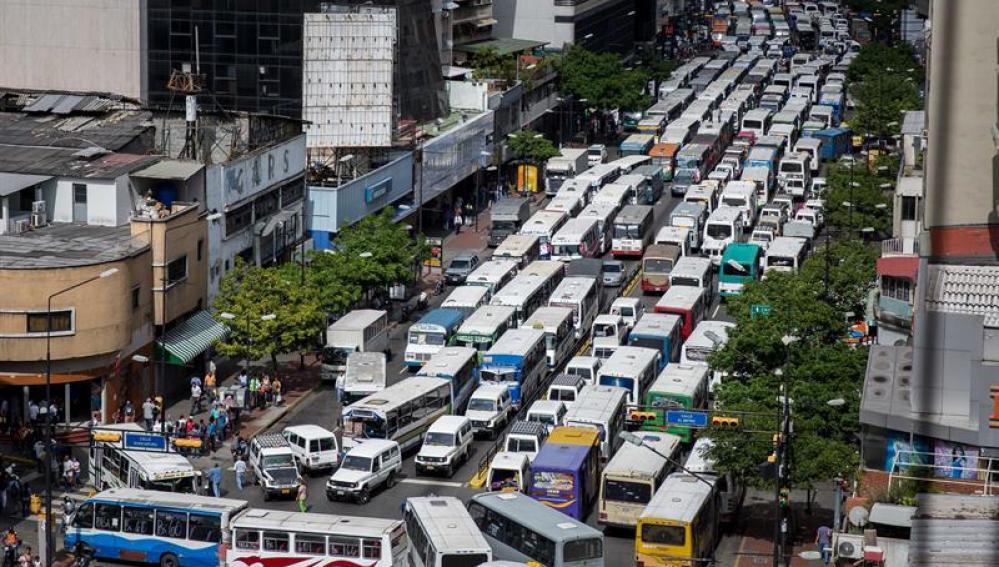 Las calles de Venezuela bloqueadas por autobuses de servicio público durante la protesta de conductores