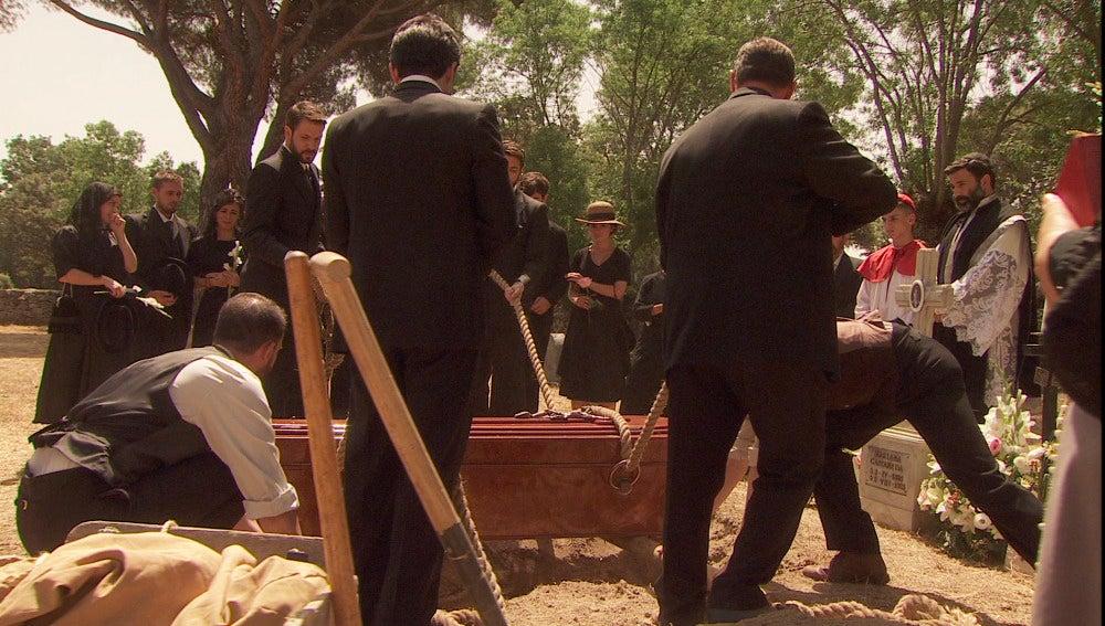 Todo el pueblo acude al entierro de Mariana