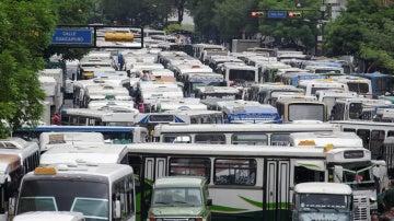 Los autobuses que bloquean el tráfico durante la protesta del transporte público en Caracas