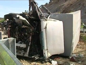 Frame 2.285523 de: Un muerto y cinco heridos tras el vuelco de un camión en la A-66 de Sevilla