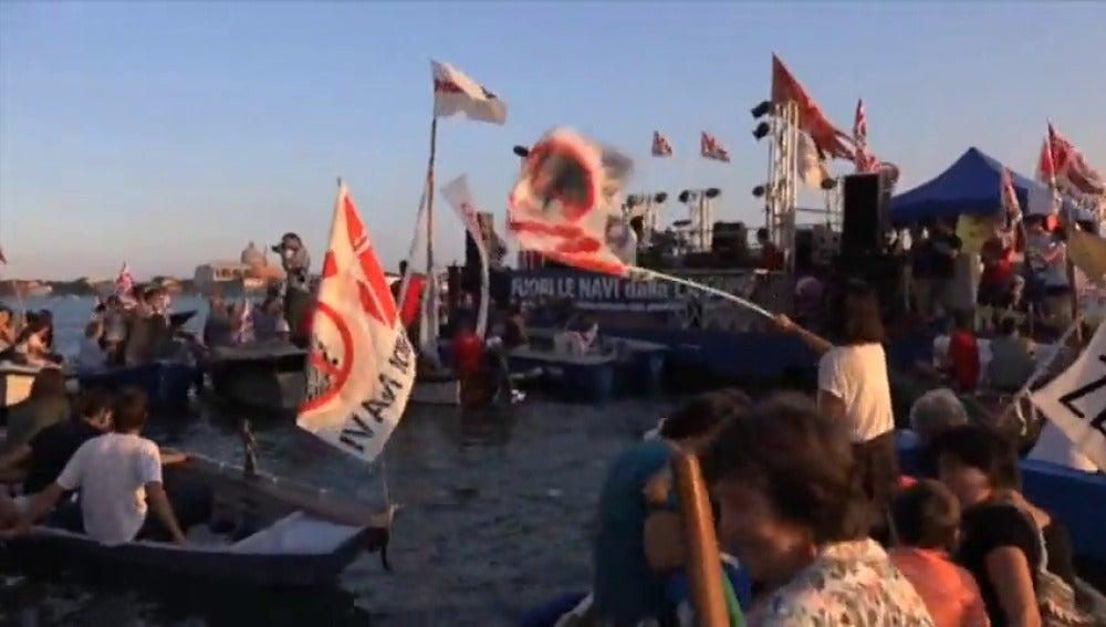 Frame 27.223315 de: Los venecianos denuncian el daño que causan los cruceros en su ciudad