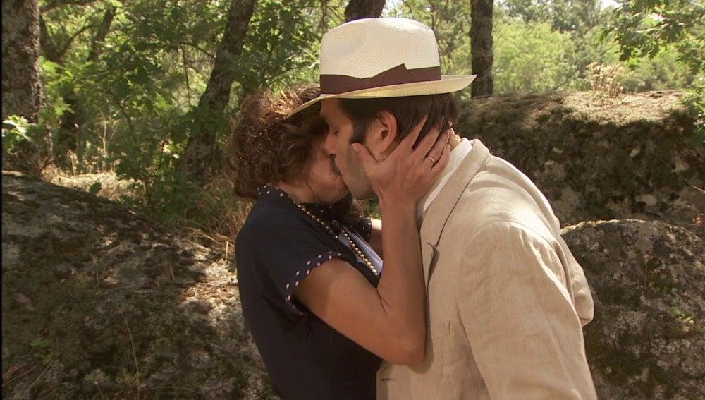 ¿Quién es el hombre al que Camila besa con tanta pasión?