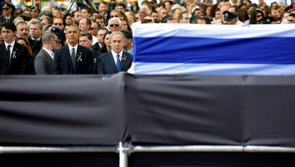 El presidente estadounidense, Bill Clinton (3-i), y el primer ministro israelí, Benjamín Netanyahu (4-i), durante el funeral de estado por el expresidente israelí y premio Nobel de la Paz, Simón Peres, en el cementerio del Monte Herzl, en Jerusalén, Israel