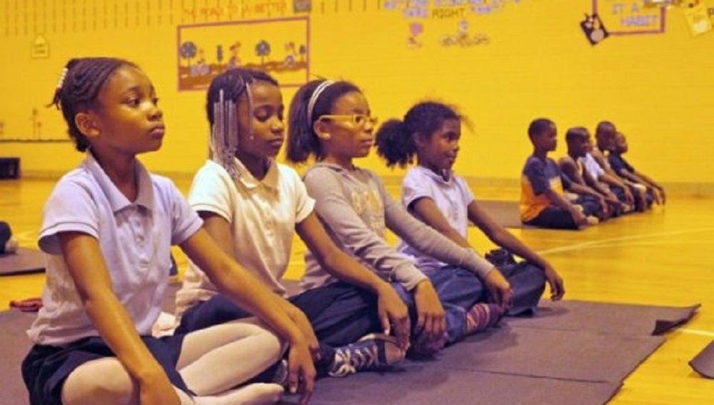 Niños del colegio de Baltimore asistiendo a clases de meditación