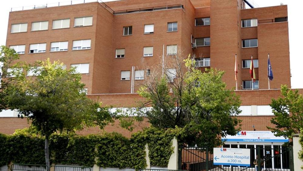 Fachada del Hospital La Paz-Carlos III de Madrid donde permaneció hospitalizada la enfermera que atendió al varón de 62 años fallecido