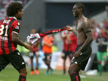 Balotelli celebra un gol quitándose la camiseta