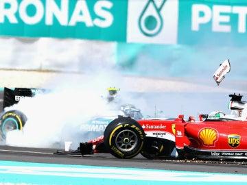 Toque entre Vettel y Rosberg en Malasia