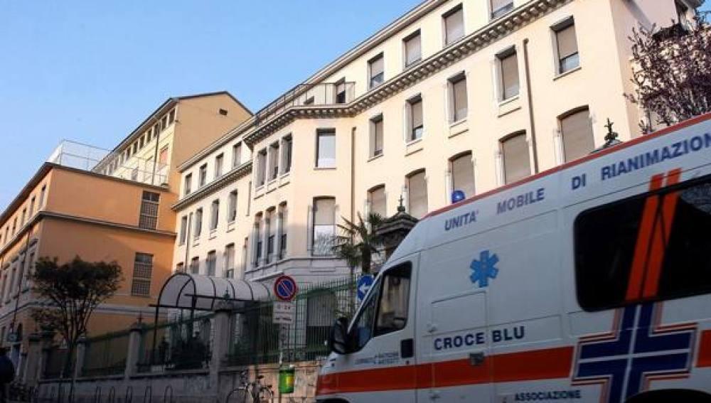 Ambulancia junto al edificio