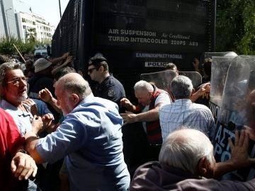 Pensionistas griegos se enfrentan a miembros de la policía griega
