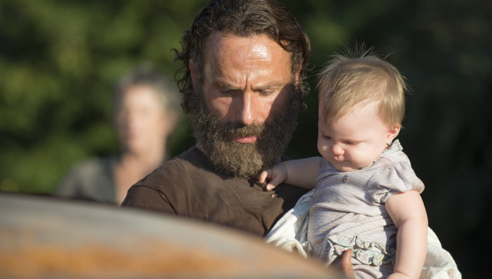 Rick con su hija Judith en 'The Walking Dead'