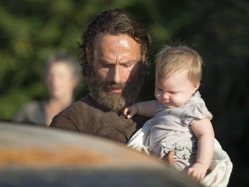 Rick con su hija Judith en 'The Walking Dead'