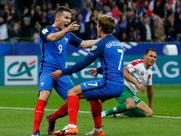 Gameiro y Griezmann celebran uno de los goles de la selección francesa