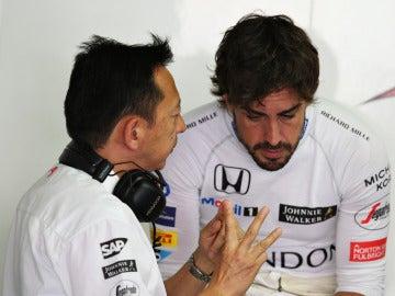 Hasegawa dialoga con Fernando Alonso