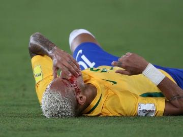 Neymar se lleva la mano a la cara tras el codazo de Duk