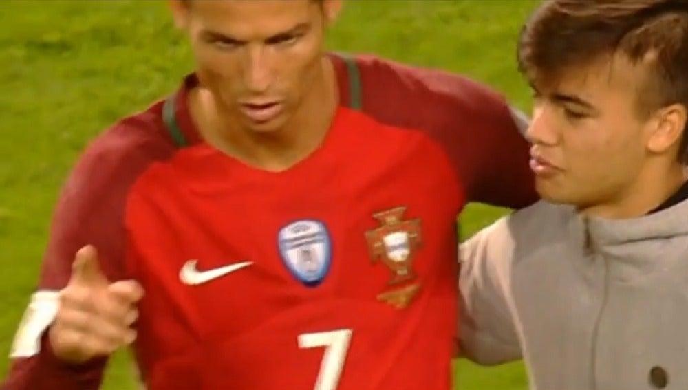 Cristiano Ronaldo, junto a un fan
