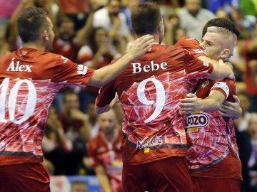Los jugadores del Pozo Murcia celebran uno de los dos tantos de 'Miguelín'