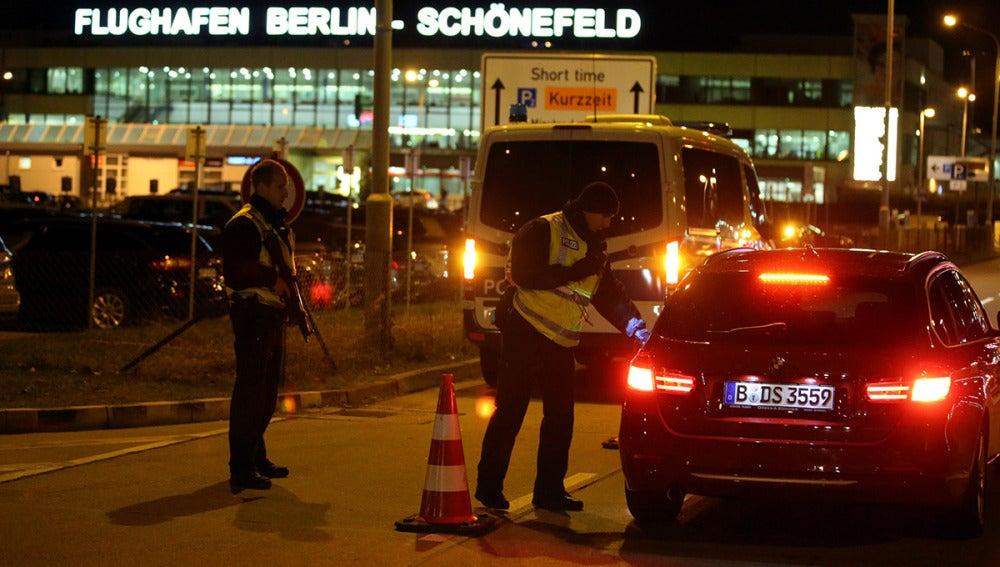 Control policial en el aeropuerto de Berlín