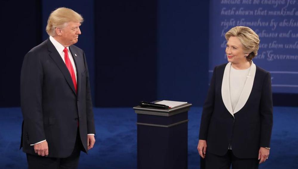 Donald Trump y Hillary Clinton durante el segundo debate