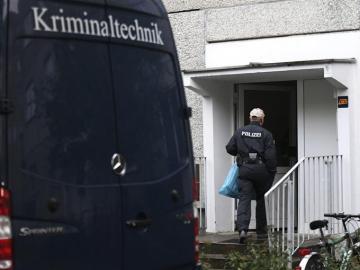 Un agente de policía entra en un apartamento en el distrito de Paunsdorf en Leipzig