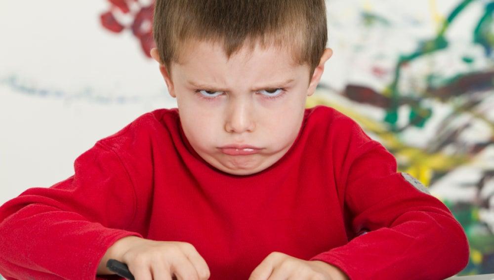 Un niño enfadado en el colegio