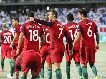 Cristiano Ronaldo y André Silva celebran un gol ante las Islas Feroe