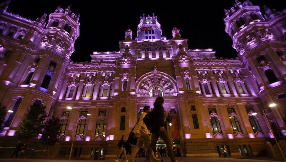 Vista del Palacio de Cibeles, sede del Ayuntamiento de Madrid, iluminado de rosa con motivo de la celebración del Día Internacional de la Niña