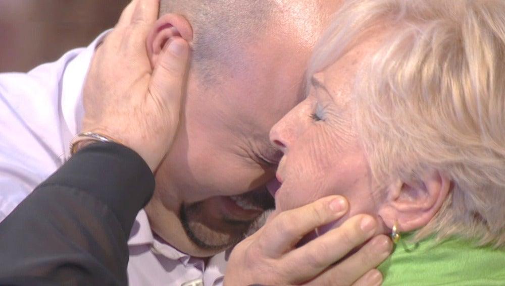 Julio sorprende a su madre tras dos años alejado de ella