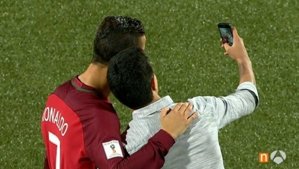 Cristiano se hace un selfie con un aficionado en las Islas Feroe