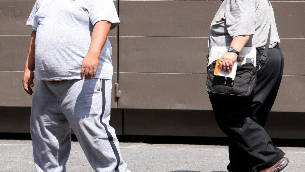 Dos hombres con obesidad