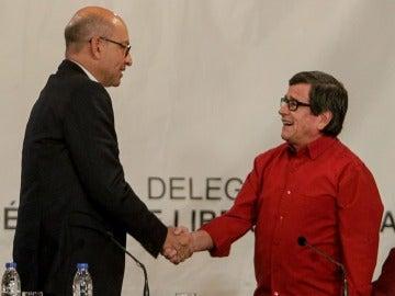 Los jefes negociadores del Gobierno colombiano Mauricio Rodríguez y de la guerrilla del ELN