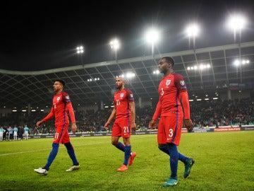 Los jugadores del Inglaterra abandonan el campo tras el empate ante Eslovenia