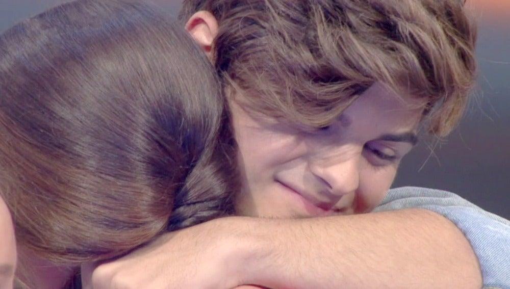 Abraham Mateo consigue que Aurora vuelva a sonreír