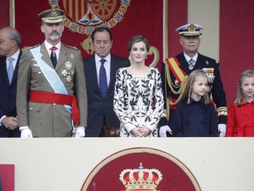 Los Reyes y sus hijas presiden el desfile de la Fiesta Nacional