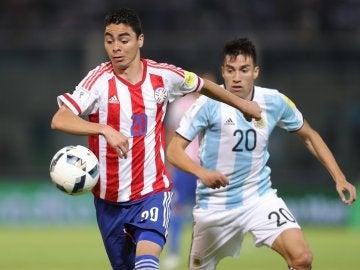 Gaitán intenta robar el balón en el Paraguay - Argentina
