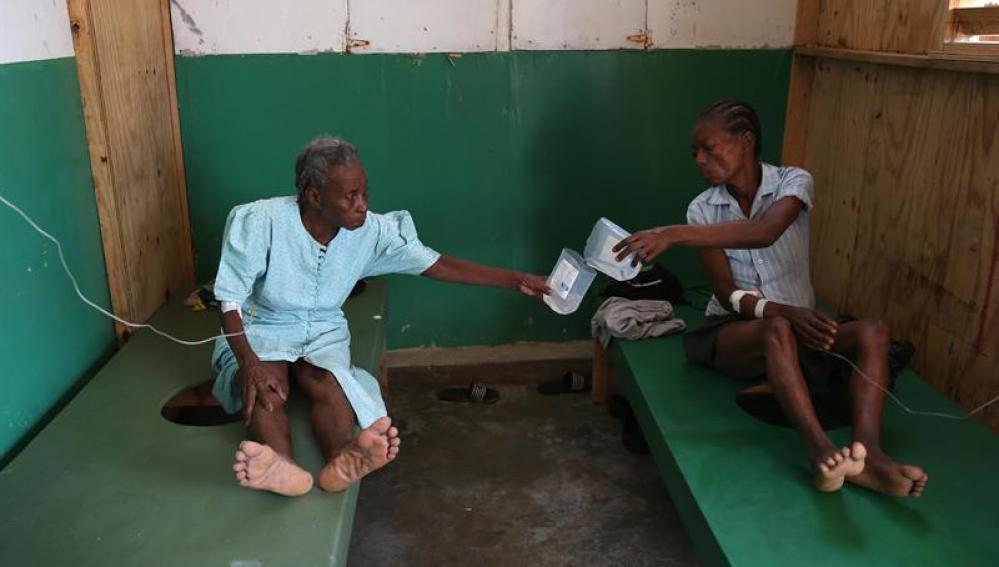 Personas enfermas de cólera reciben atención médica en Haití, tras el paso del huracán Matthew