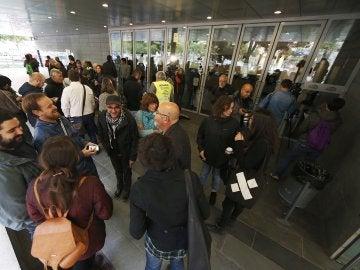 Varias personas se concentran en el Ayuntamiento de Badalona