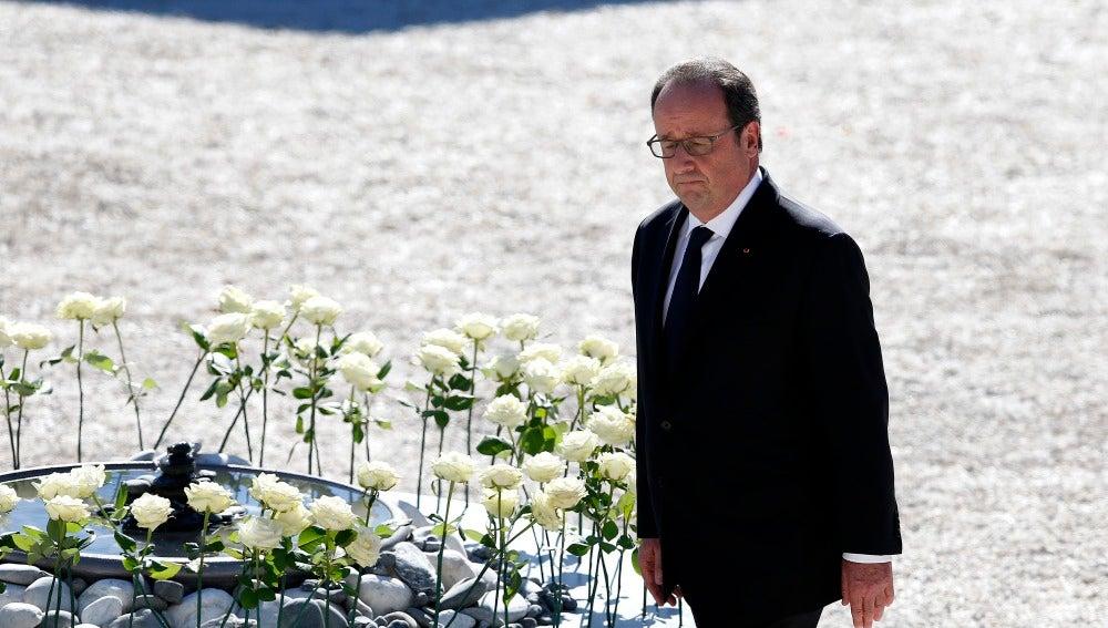 El presidente francés,François Hollande, hoy, durante la ceremonia por la víctimas de Niza