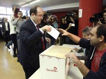 Miquel Iceta ejerciendo su derecho al voto