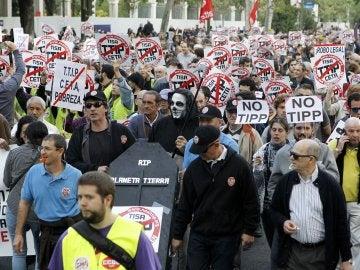 Unas 20.000 personas, según los organizadores, se han manifestado en Madrid contra tratados de libre comercio como el CETA y el TTIP