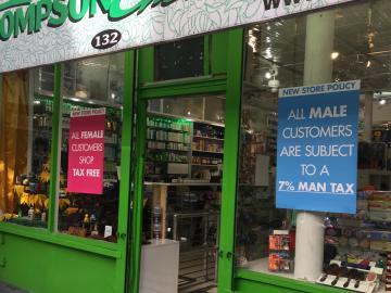 Fachada de la farmacia Thompson Chemists con los polémicos carteles que anuncia el impuesto para hombres