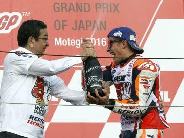 Márquez celebra en el podio de Motegi su Mundial de MotoGP