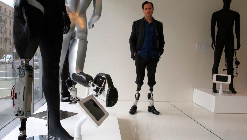El 'superhombre biónico' perdió sus piernas a los 17 años y ahora dedica su vida al desarrollo de prótesis