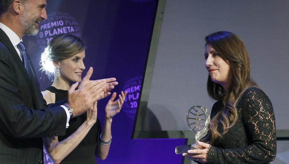 La ganadora del Premio Planeta, la escritora Dolores Redondo, acompañada por los Reyes, Felipe y Letizia.