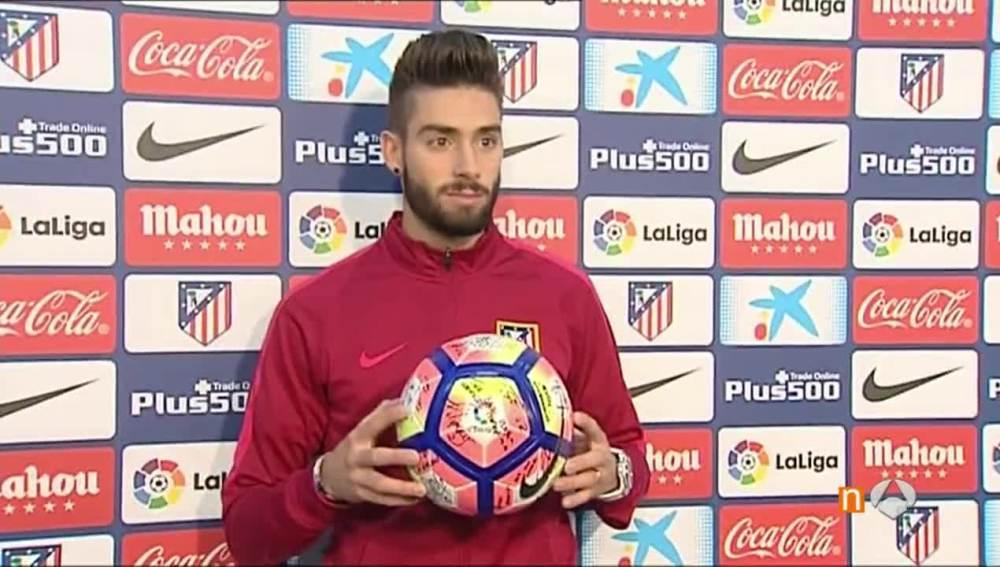 Carrasco posa sonriente con el balón del 'hat trick' al Granada